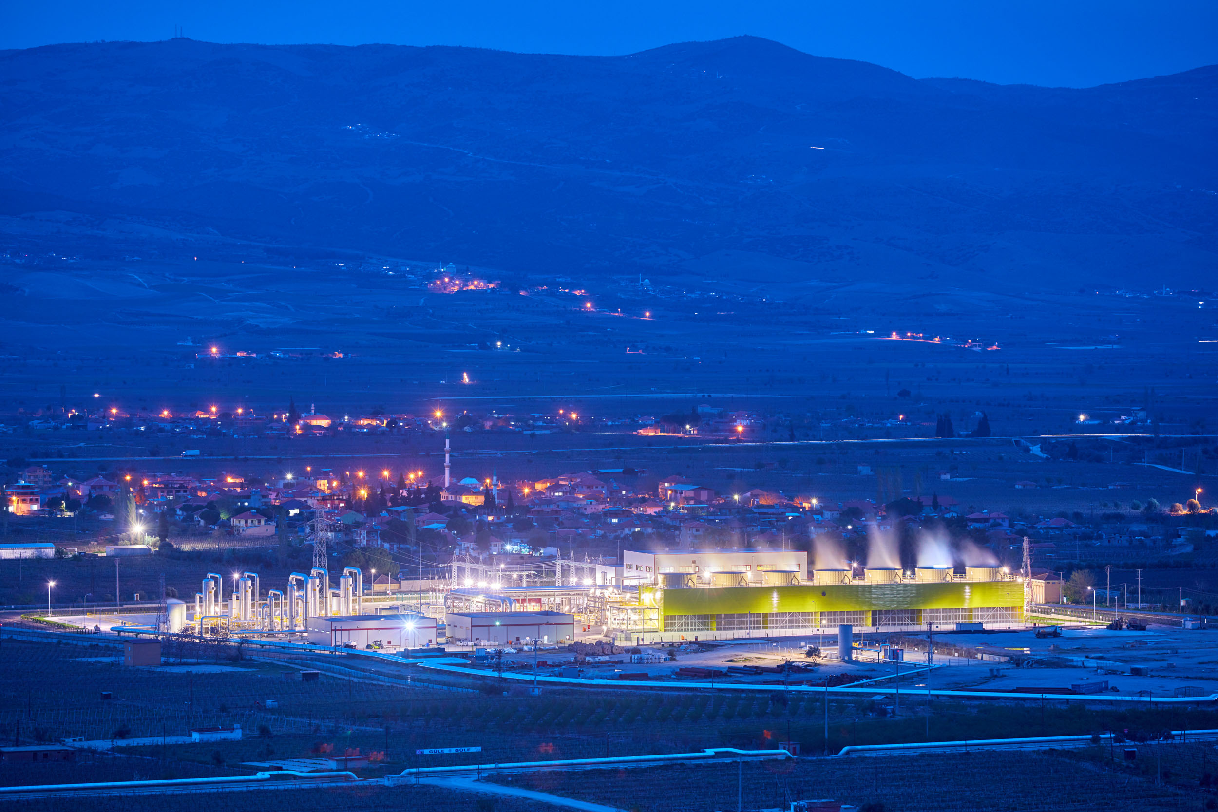 Nighttime photo of the Alaşehir geothermal power plant in Turkey